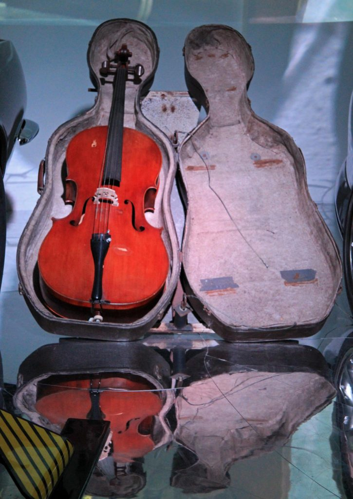 Modified James Bond Cello Case. By Karen Roe from Bury St Edmunds, Suffolk, UK - BOND in MOTION: 50 Vehicles. 50 Years, CC BY 2.0, https://commons.wikimedia.org/w/index.php?curid=32824770